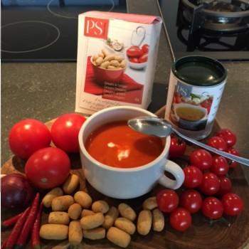 foto tomatensoep en soepstengels en bouillon
